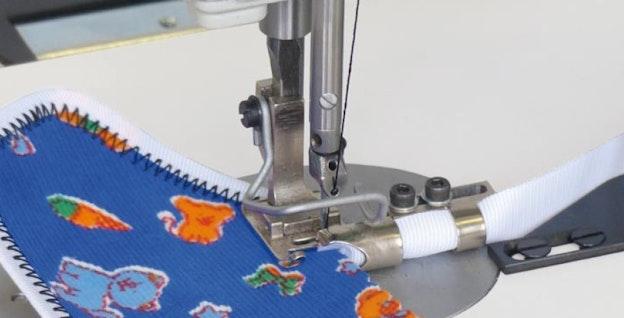 Sikksakk i forbindelse med kantebåndsapparat på elastisk materiale